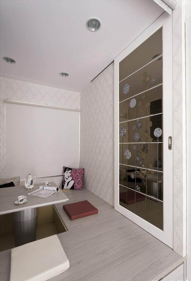 用玻璃推拉门作为书房和卧室的隔断,很不错哦.