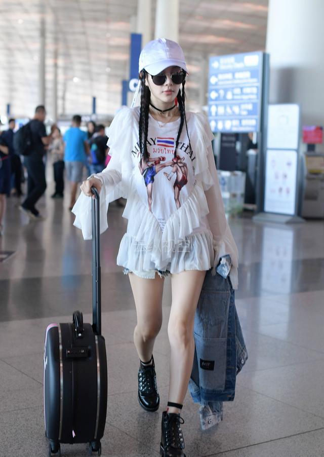 李小璐靓丽现身机场:衣服被吐槽太廉价,但行李箱真的好看死了
