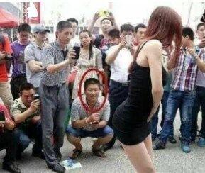 姑娘裙子上有什么东西吗?一群大叔围观