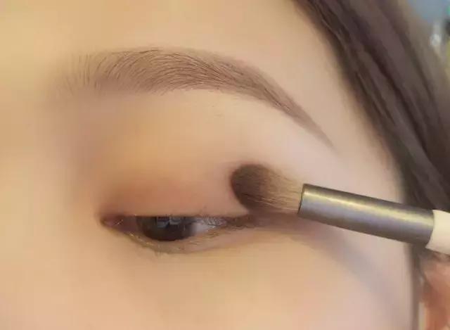 基础半尾眼线画法 用大地色在眼皮上扫上一层底色眼影,增加眼睛的